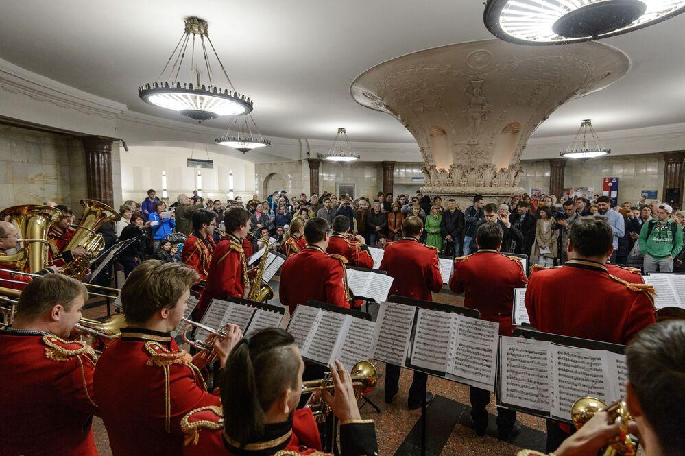 Orquestra estatal de instrumentos de sopro da Rússia em apresentação no salão de entrada da estação Kurskaya