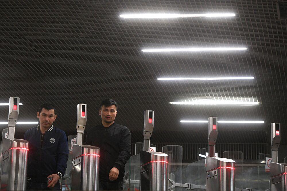Passageiros passam por catracas na estação de metrô Oktyabrskoe Pole