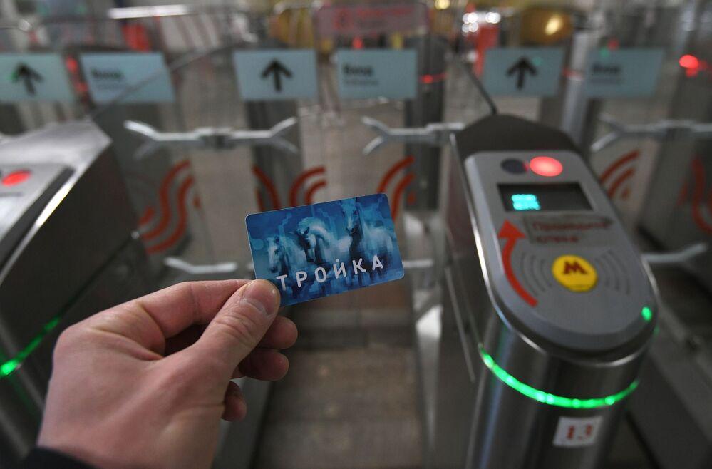 Passageiro utiliza seu cartão de viagens Troika em uma das catracas da estação de metrô Tushinskaya em Moscou