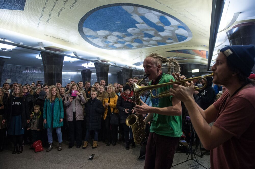 Concerto do grupo musical ½ Orchestra no salão de entrada da estação Mayakovskaya