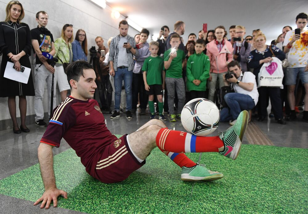 Masterclass de futebol livre em uma das estações do metrô moscovita