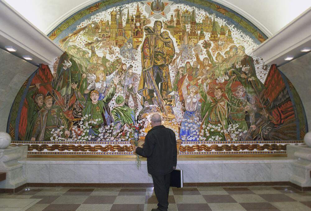 Mosaico dedicado à Vitória do povo soviético na Grande Guerra pela Pátria, entre 1941 e 1945, em uma das paredes da estação do metrô moscovita Park Pobedy