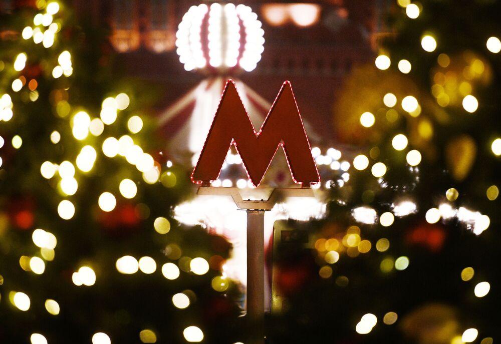 Logotipo do metrô moscovita, a letra M vermelha, em uma rua da capital russa