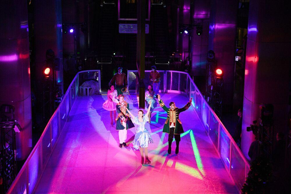 Atores se apresentam no show de gelo O Quebra-Nozes na estação do metrô moscovita Delovoi Tsentr