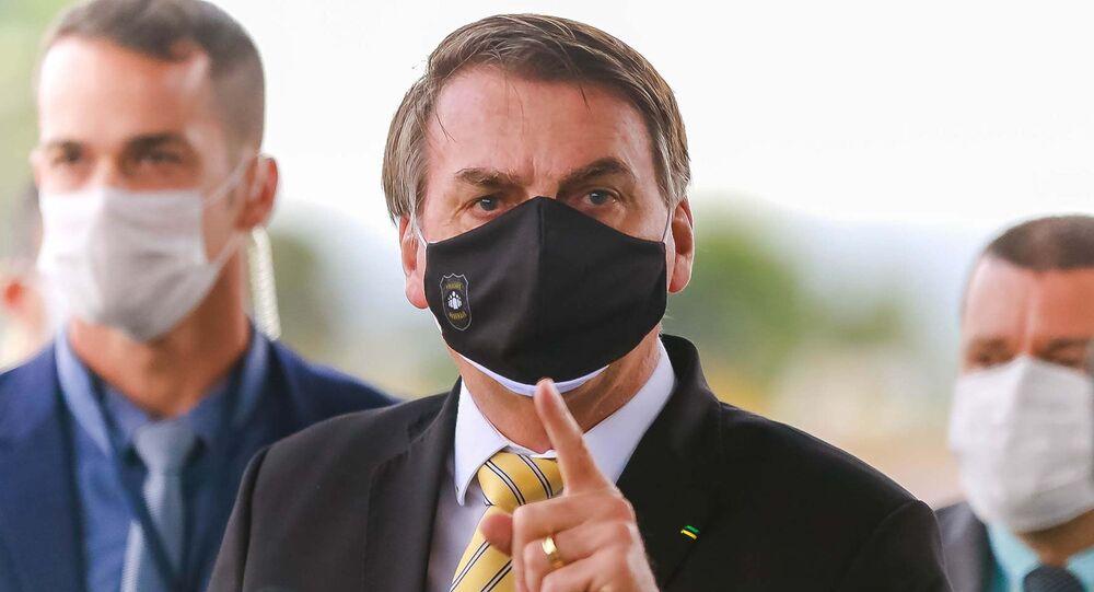O presidente Jair Bolsonaro concede entrevista para a imprensa na entrada do Palácio da Alvorada em Brasília (DF).