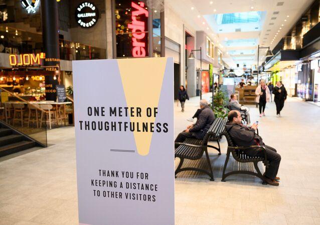 Placa promovendo distanciamento social no centro comercial Gallerian em meio à propagação da doença do coronavírus (COVID-19), Estocolmo, Suécia, 12 de maio de 2020