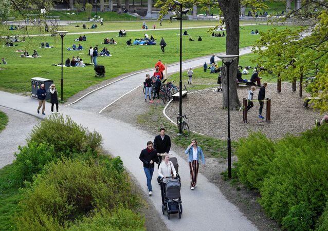 Pessoas aproveitando um dia de primavera no parque Ralambshov durante o surto do coronavírus (COVID-19) em Estocolmo, Suécia, 8 de maio de 2020