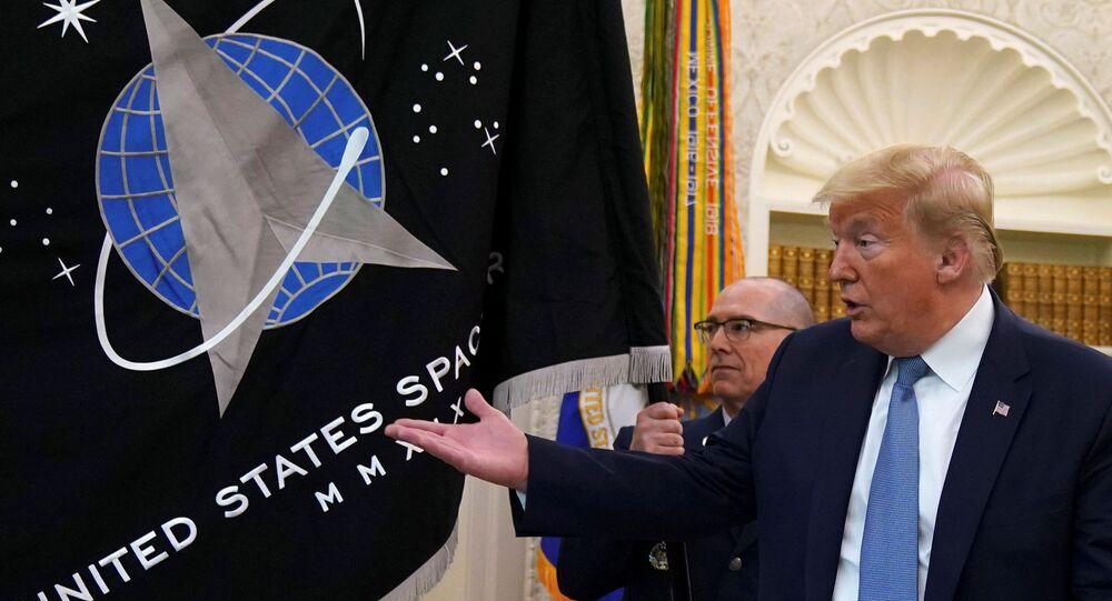 O presidente dos Estados Unidos, Donald Trump, gesticula diante da bandeira da Força Espacial dos EUA, durante a apresentação da bandeira no Salão Oval da Casa Branca, em Washington.