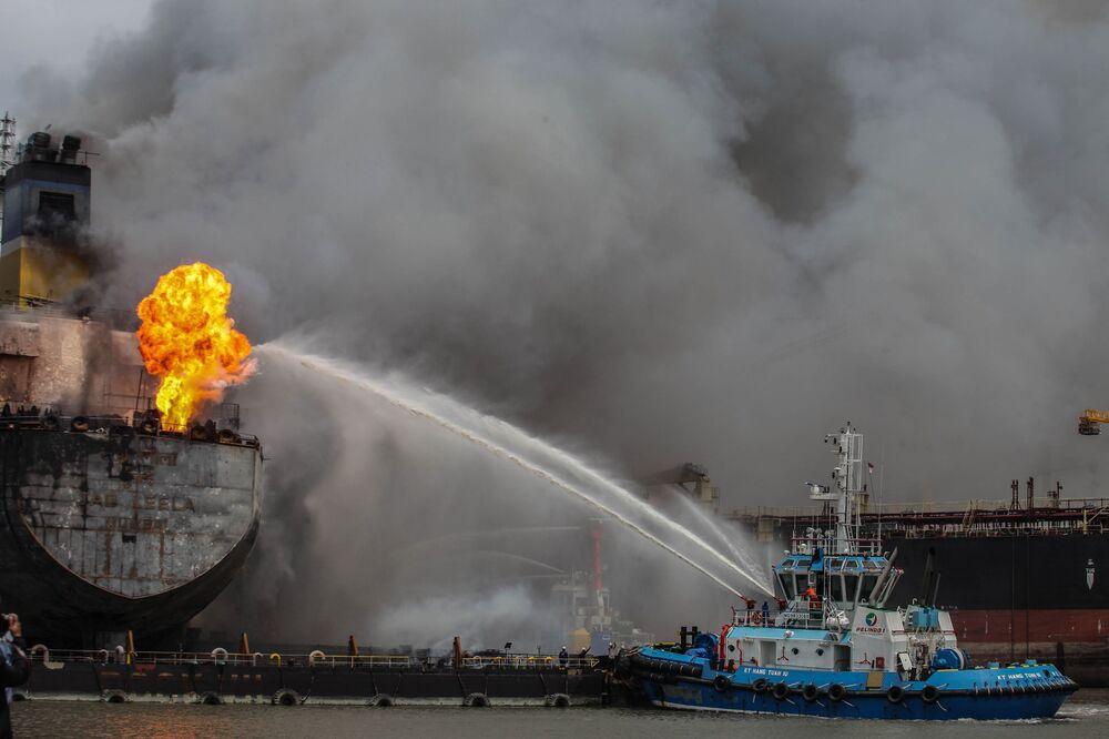 Bombeiros combatem incêndio em um navio-tanque atracado no porto de Belawan, na Indonésia