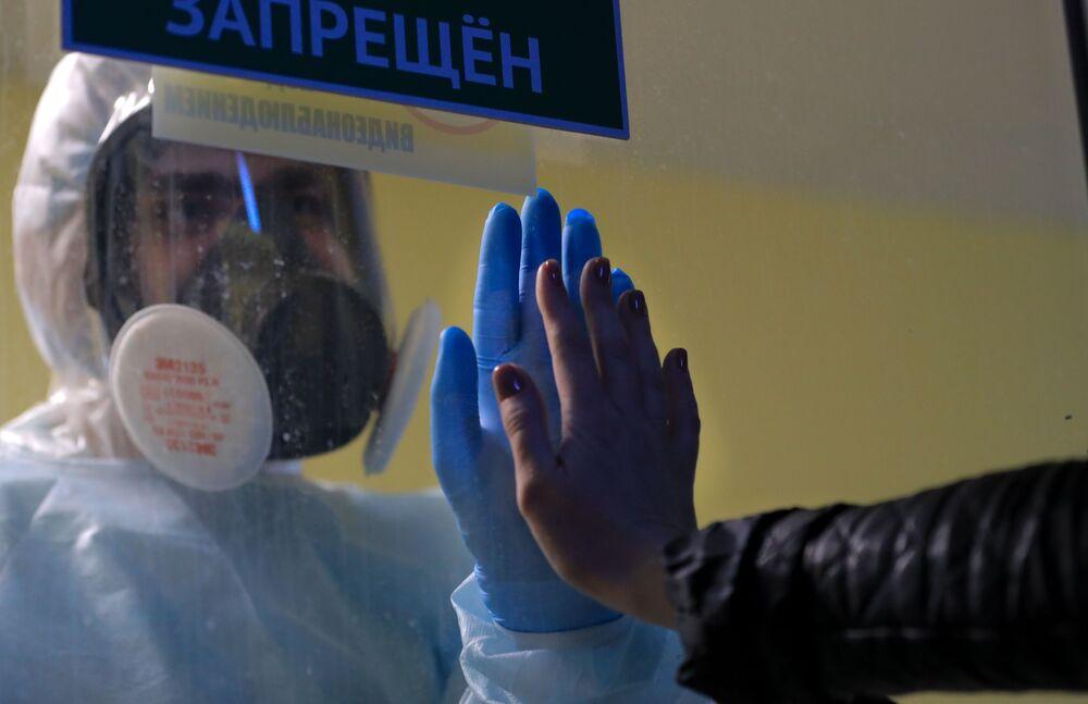 Profissional de saúde na ala de recuperação dos infectados com COVID-19 em um hospital na Rússia