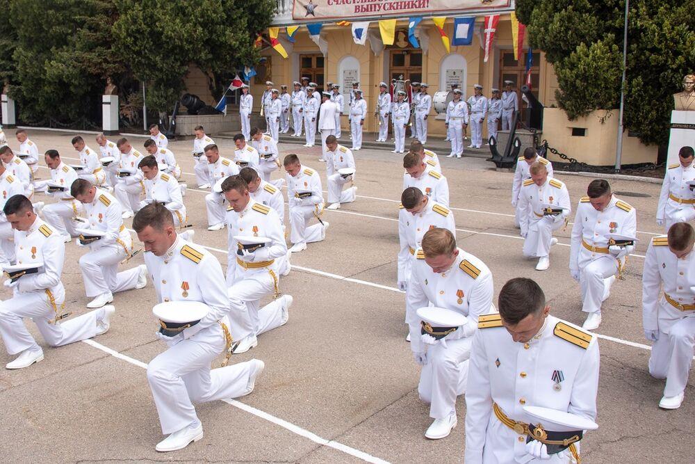 Graduados da 70ª formatura da Escola Superior Naval do Mar Negro na Rússia recebem seus diplomas