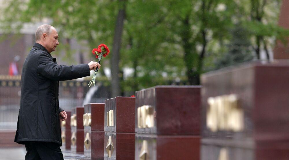 Presidente da Rússia, Vladimir Putin, deposita flores no Túmulo do Soldado Desconhecido no Jardim de Alexandre