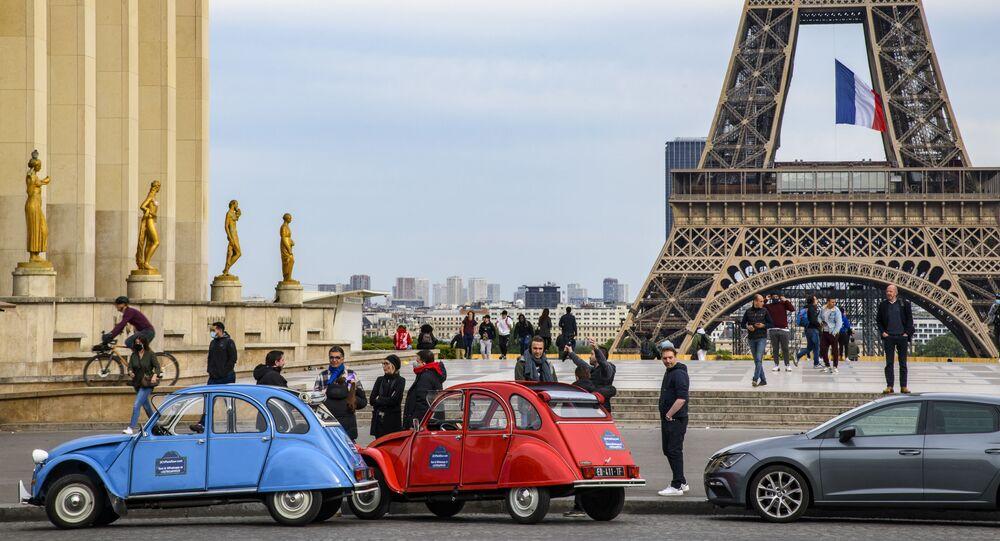 Pedestres caminhando na praça do Trocadero, em Paris, França