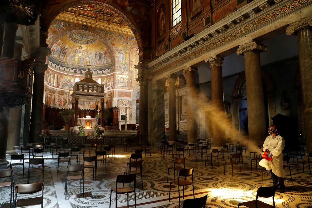 Desinfecção da Basílica de Santa Maria em Trastevere, Roma, Itália