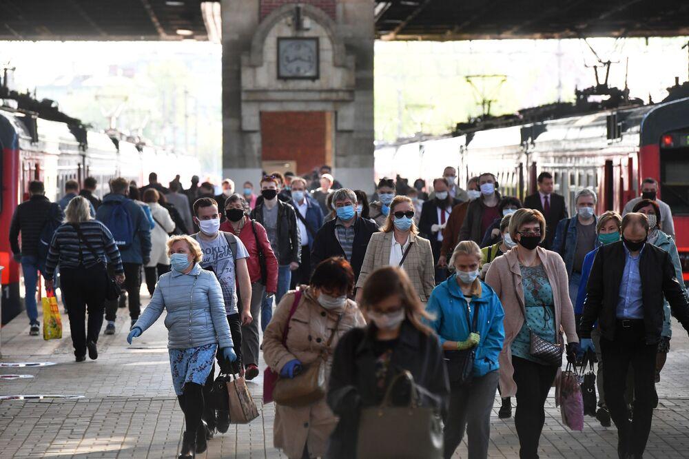 Passageiros na plataforma de estação ferroviária em Moscou