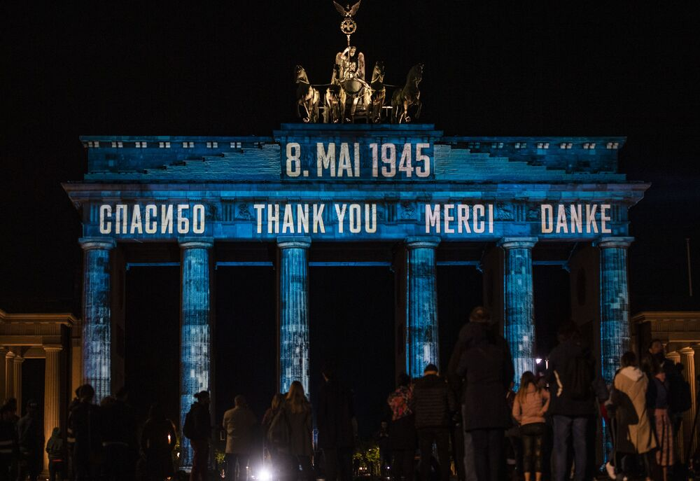 Projeção com inscrição Obrigado em russo, inglês, francês e alemão em Berlim, Alemanha
