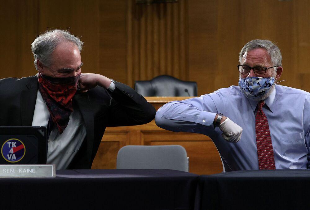 Senadores dos EUA Richard Burr e Tim Kaine durante saudação em Washington, EUA