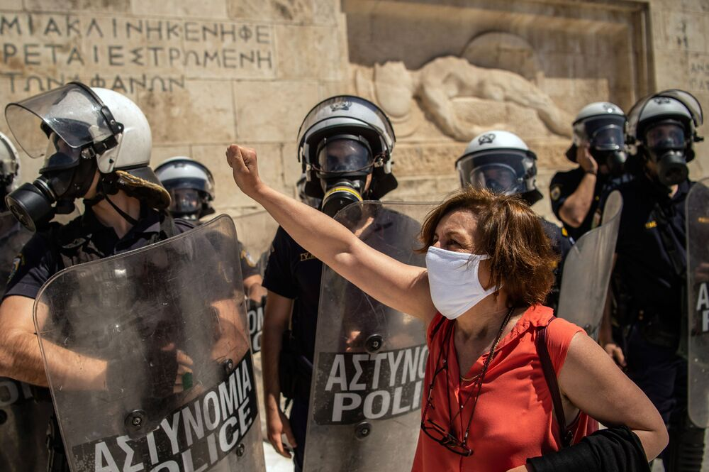 Manifestantes e policiais durante protestos em frente ao Parlamento grego, em Atenas