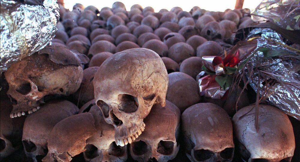 Esqueletos de vítimas do genocídio em Ruanda em memorial na igreja de Ntarama. No local, aproximadamente 5 mil pessoas foram mortas em um massacre em 1994.