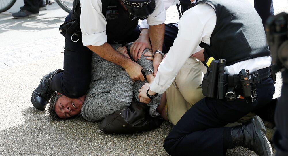 O manifestante é detido por policiais durante protesto contra o lockdown, em Londres, no Reino Unido, em 16 de maio de 2020.