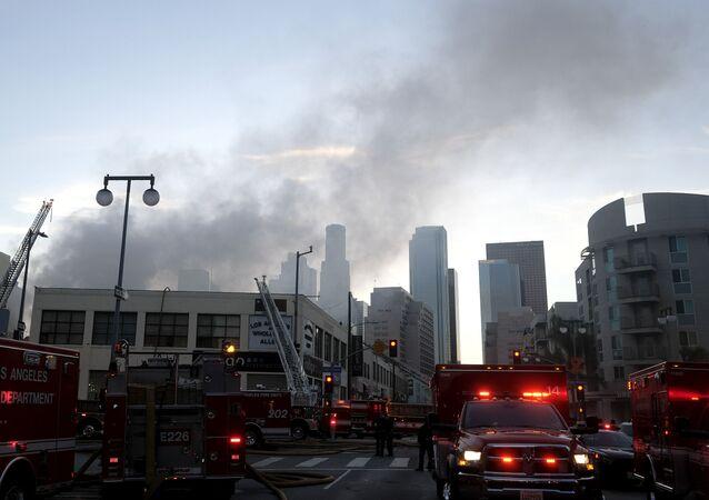 Incêndio em prédio do centro de Los Angeles, na Califórnia, em 16 de maio de 2020