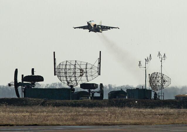 Su-25UB voando durante exercício na região russa de Krasnodar (foto de arquivo)