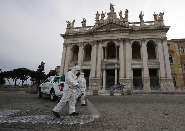 Especialistas italianos desinfetam ruas de Roma