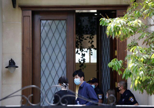 Pessoas são vistas junto à polícia israelense na porta da casa do embaixador chinês em Tel Aviv, Du Wei, em 17 de maio de 2020.