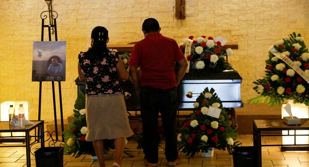 Em Ciudad Juarez, México, parentes participam do funeral de Mariano Ramírez, 51 anos, um enfermeiro que morreu de COVID-19 e trabalhava Instituto Mexicano de Segurança Social.