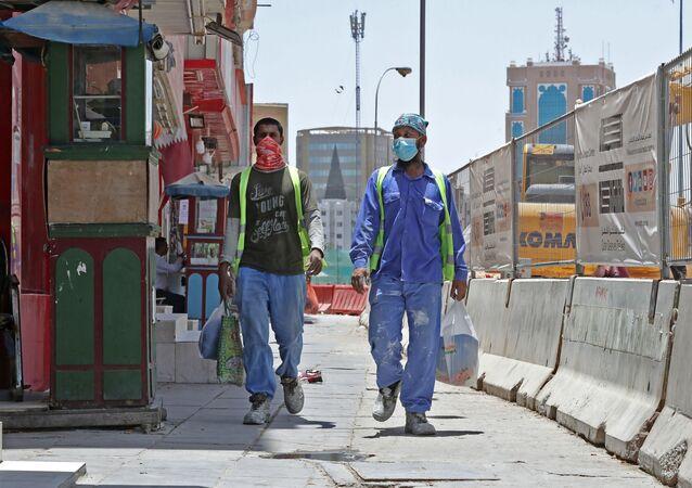 Operários utilizando máscaras, Qatar
