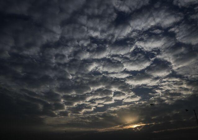 Nuvens sobre a cidade indiana de Calcutá, capital do estado de Bengala Ocidental, em 18 de maio de 2020