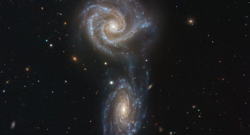 Duo de galáxias espirais NGC 5426 e NGC 5427 em processo de fusão formando juntas o sistema Arp 271