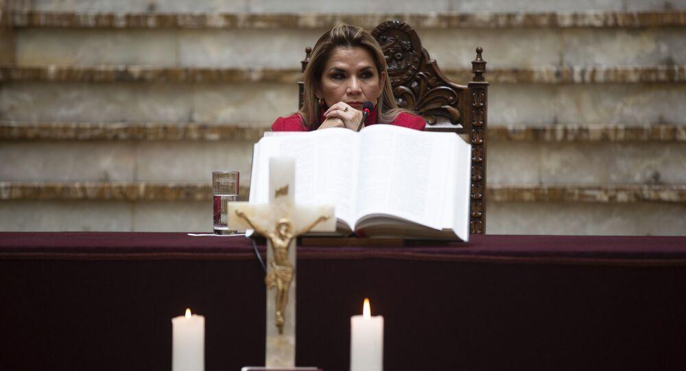 Presidente interina da Bolívia, Jeanine Áñez, participa de cerimônia de posse de seu novo ministro da Saúde no palácio presidencial em La Paz, Bolívia, 8 de abril de 2020
