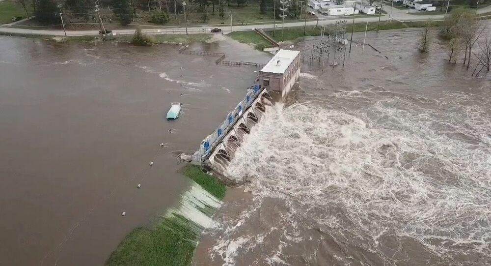 Vista aérea de inundações à medida que a água ultrapassa a barragem de Sanford, Michigan, EUA, 19 de maio de 2020