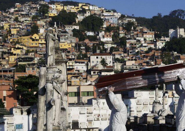 Coveiros preparam enterro de vítima do novo coronavírus, no Rio de Janeiro, 18 de maio de 2020