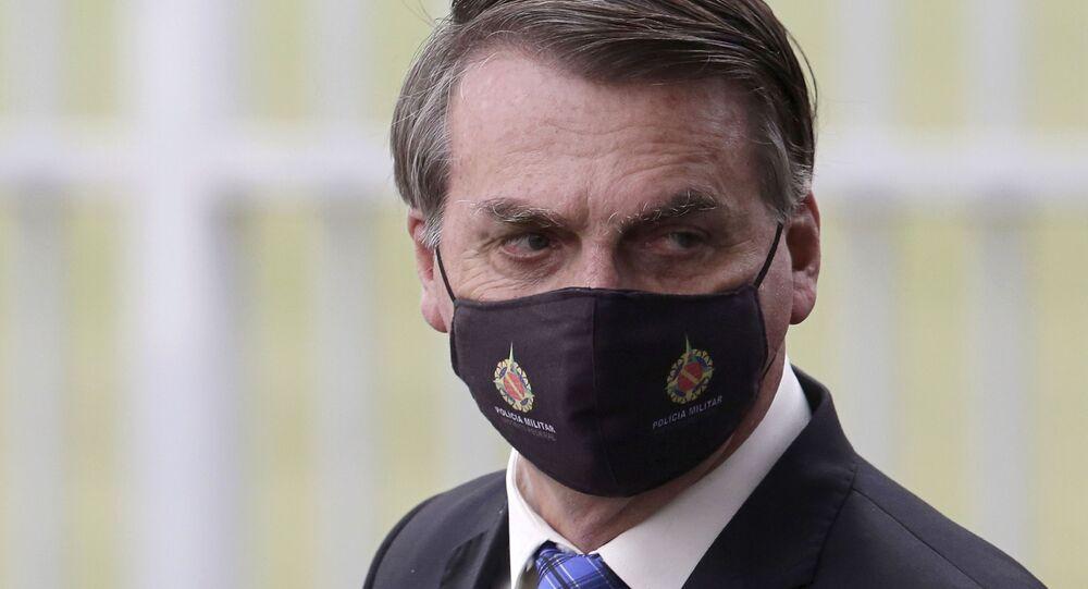 Presidente do Brasil, Jair Bolsonaro, usa máscara protetora na saída do Palácio da Alvorada, Brasília, 18 de maio de 2020