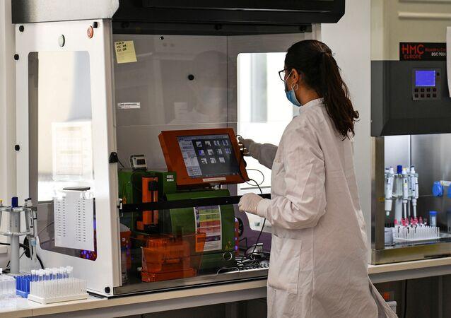 Funcionária testa amostras de sangue para anticorpos contra COVID-19 no Centro Alemão para Doenças Neurodegenerativas (DZNE, na sigla em alemão) em Bonn, Alemanha, 18 de maio de 2020