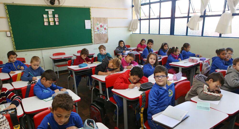 Crianças estudam em Curitiba.