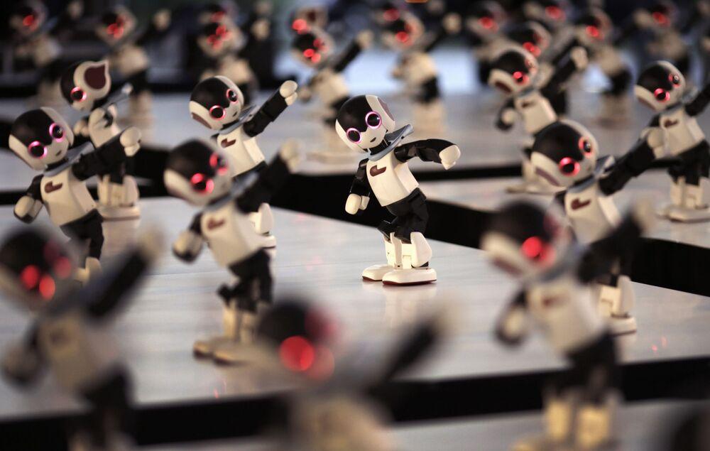 Cem pequenos robôs performam em Tóquio.
