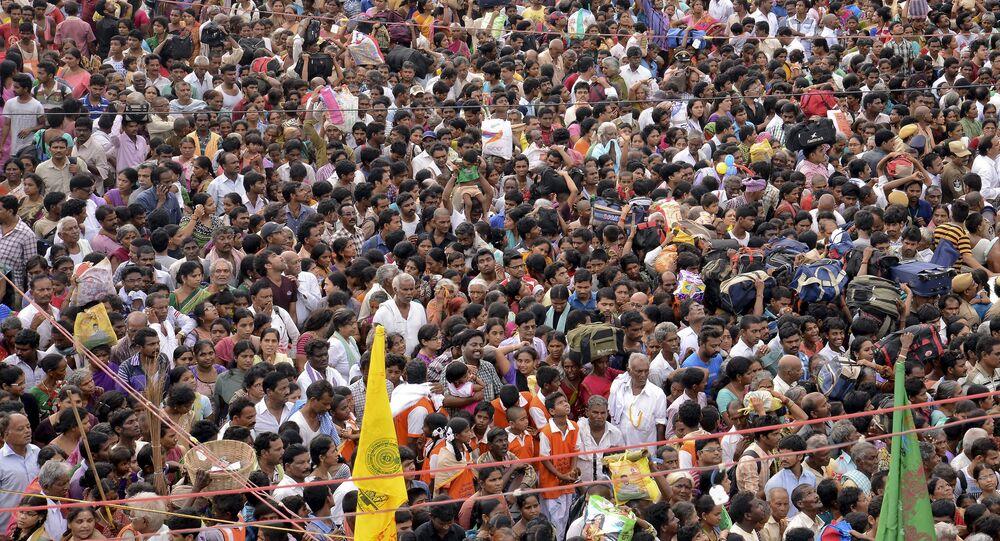 Devotos hindus no festival de Maha Pushkaralu, à beira do rio Godavari, em Rajahmundry, no estado indiano de Andhra Pradesh