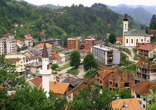 Vista da cidade de Srebrenica na Bósnia