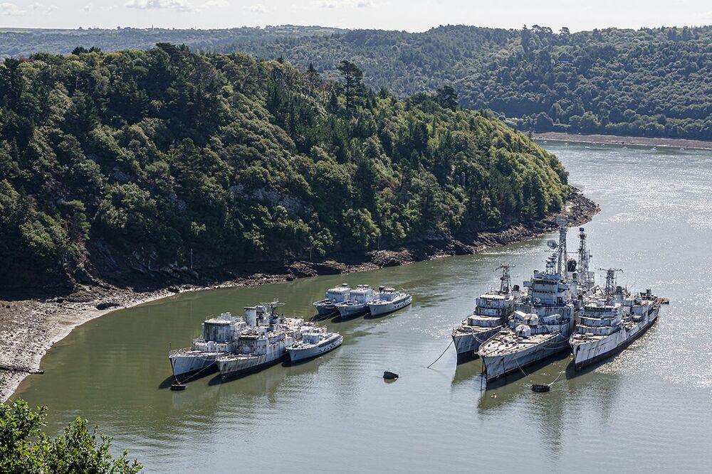 Navios de guerra descomissionados e abandonados em um cemitério de navios na região da Bretanha, França