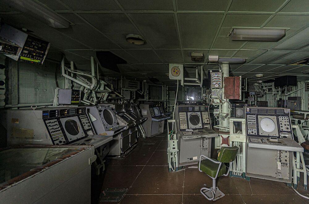 A sala de controle de uma das embarcações