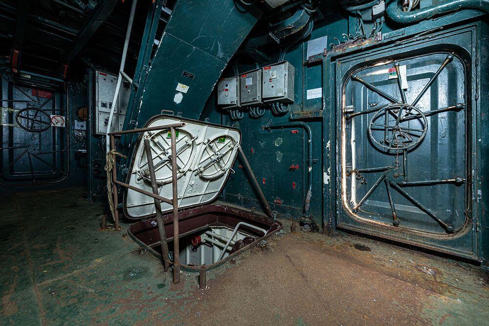 Navio de guerra abandonado fotografado por Bob Thissen