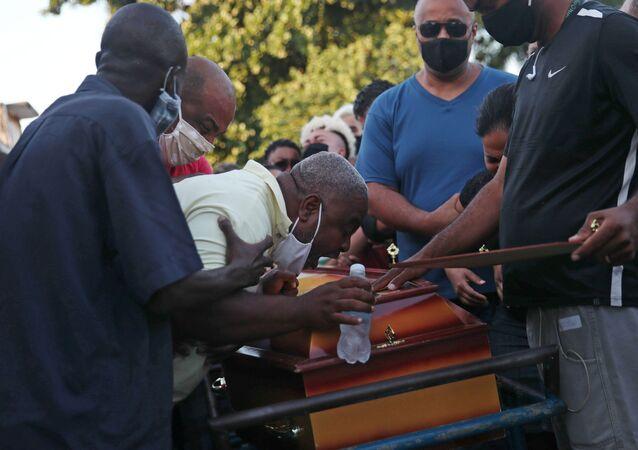 Neilton Pinto chora durante o funeral de seu filho, João Pedro Pinto, de 14 anos. De acordo com testemunhas, o adolescente foi baleado durante operação policial contra traficantes em São Gonçalo, no Rio de Janeiro.