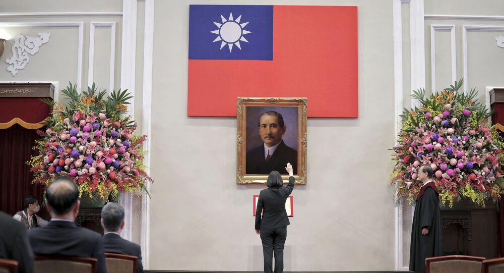 Presidente taiwanesa Tsai Ing-wen faz saudação diante quadro com imagem do líder revolucionário chinês Sun Yat-sen durante posse de seu segundo mandato presidencial