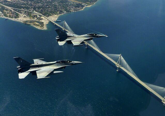 Dois jatos F-16 da Força Aérea da Grécia sobrevoam a ponte Rio-Antirio ao norte do Peloponeso, em 26 de maio de 2010.