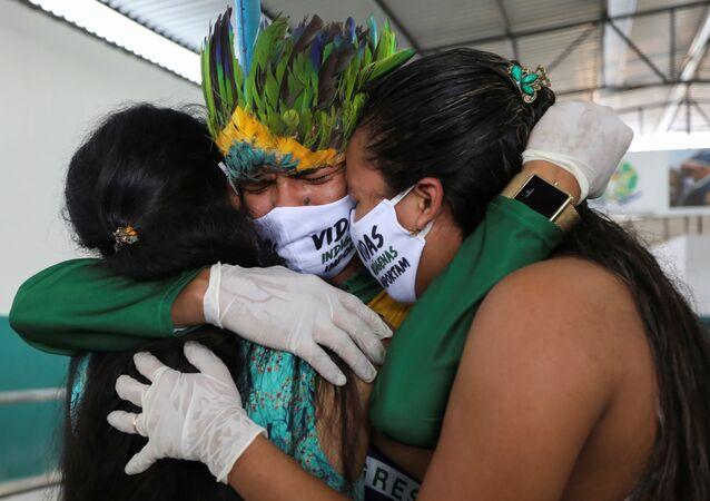 Indígena chora pela morte do pai, de 53 anos, por COVID-19 em Manaus (AM)