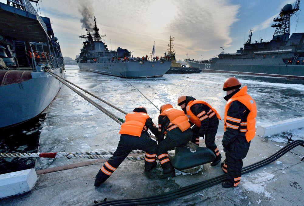 Equipe de terra atraca navio no porto de Vladivostok