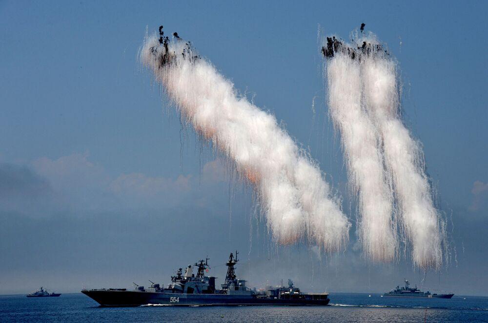 Navio antissubmarino Admiral Tributs em manobras militares